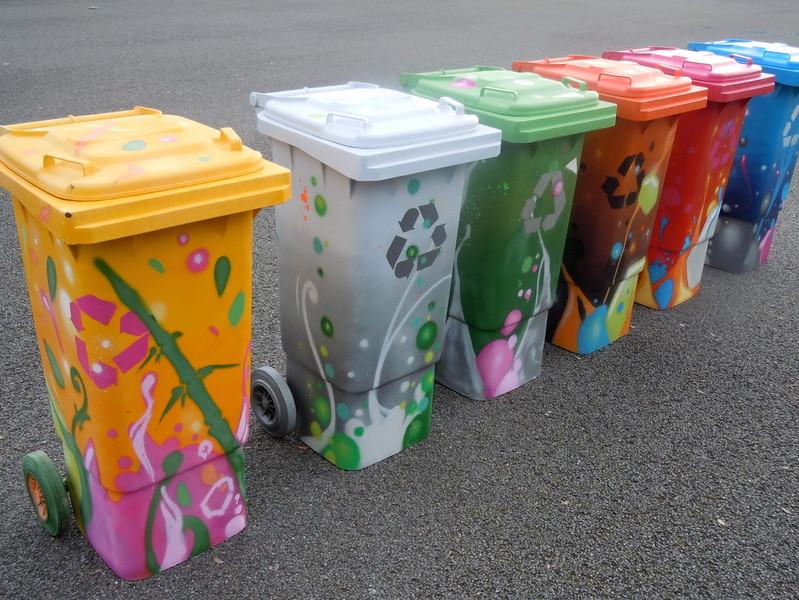 Bacs poubelles mairie de floirac kendo peinture fraiche miscellanehouse blog for Peinture sur plastique